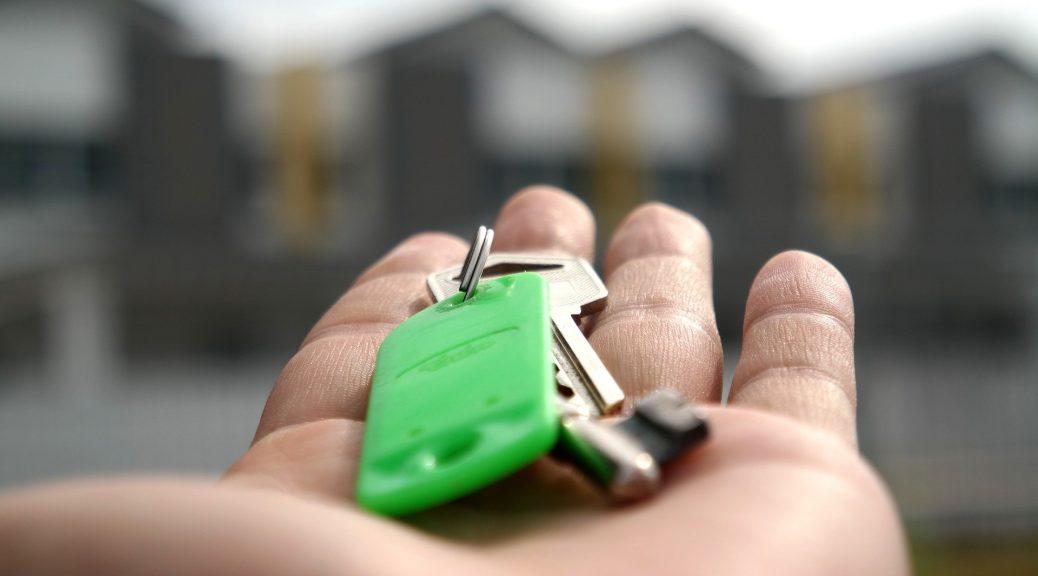 clés posées sur une main ouverte paume vers le ciel